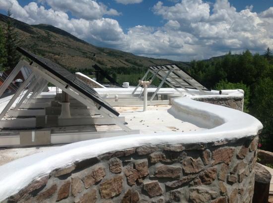 Gli impianti per fonti rinnovabili installati sulla copertura dell'edificio.