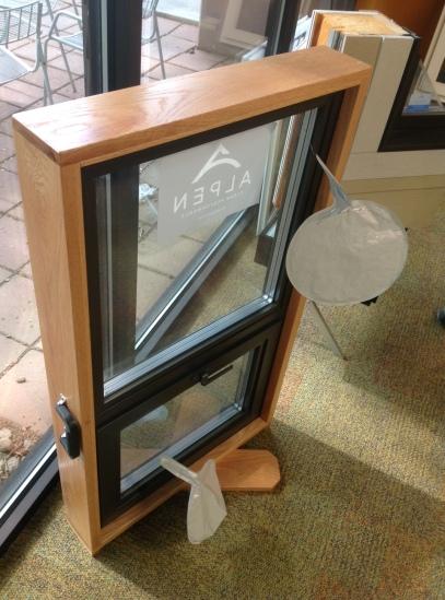 Una finestra di Alpen Windows. I palloncini servono a compensare la differenza di pressione, causati dall'elevata altitudine, tra l'interno della vetrocamera e l'ambiente esterno.