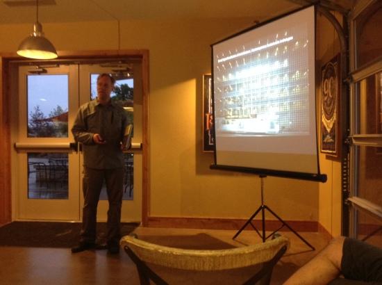 Andrew Michler durante la presentazione del suo libro.