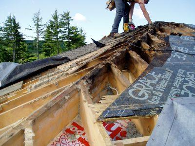 Danni ad un tetto in legno causati dalla mancanza di tenuta: i fori dei faretti ad incasso non erano stati sigillati, e l'aria calda e umida aveva poteva infiltrarsi all'interno dell'isolante, causando la condensa che ha fatto marcire la struttura.